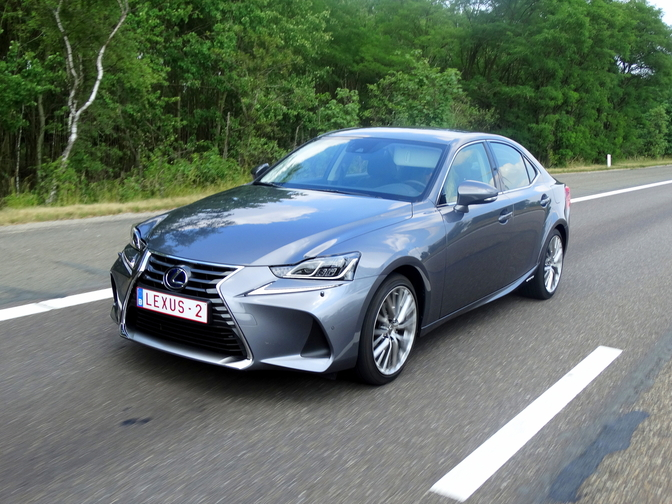 2017-lexus-is300h-rijtest