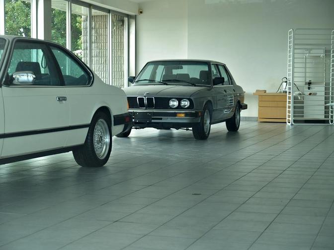 Foto's: BMW-dealership staat 30 jaar stil in de tijd