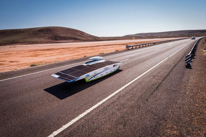 Het Punch Powertrain Solarteam kreeg na hun lekke band en straftijd weer te maken met pech