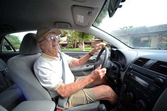 oude-man-achter-stuur