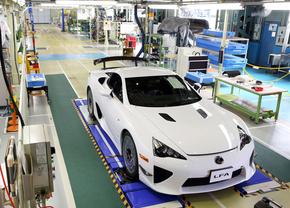 Laatste Lexus LF-A rijdt de fabriek uit