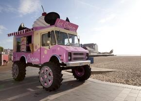 Deze Skoda monstertruck geeft gratis ijsjes weg